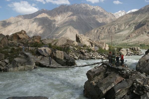 670-pamir-tadjik-passerelle-sur-le-gount-2010