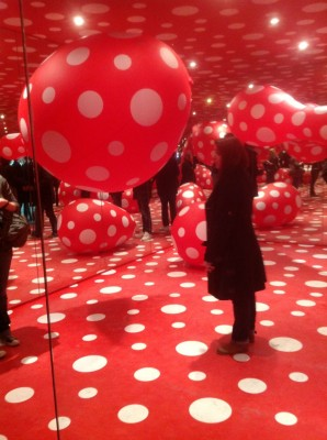 yayoicc88-kusama-dots-obsession-infinity-mirrored-room-1998-2