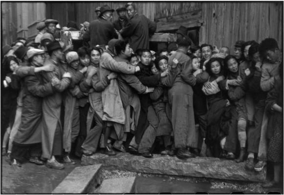 Китай, 1948 г. Толпа, штурмующая банк в последние дни гоминьдановского режима  | Foule attendant devant une banque pour acheter de l'or pendant les derniers jours du Kuomintang, Shanghai, Chine, décembre 1948,  Cartier-Bresson / Magnum Photos, courtesy Fondation Henri Cartier-Bresson