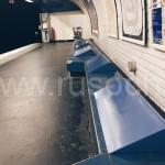 Антибездомные скамейки в метро Парижа